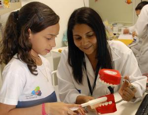 Profissionais orientam alunos em atendimentos médicos e odontológicos/ Foto: SME