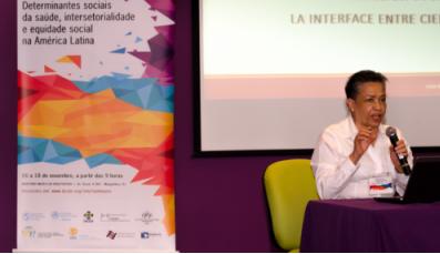 Lígia de Salazar durante sua apresentação/ Foto: Raquel Portugal / Multimeios – ICICT
