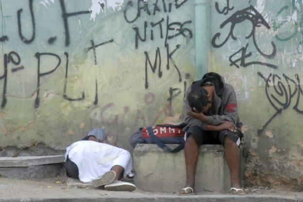 Em 2013, os Ministérios da Justiça e da Saúde publicaram o Perfil dos Usuários de Crack e/ou Similares no Brasil. O estudo indicou que a contaminação pelo HIV entre esse público é cerca de oito vezes maior do que entre a população em geral, atingindo a taxa de 5%. Um estudo de 2014 realizado pela Fundação Oswaldo Cruz reiterou as descobertas.